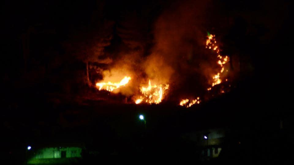 Shimla, Himachal Pradesh, India December 22: Forest caught in fire near residential area last night at Dhingu Dhaar in Sanjauli, Shimla on Thursday, December 22 2016. Photo by Deepak Sansta / Hindustan Times