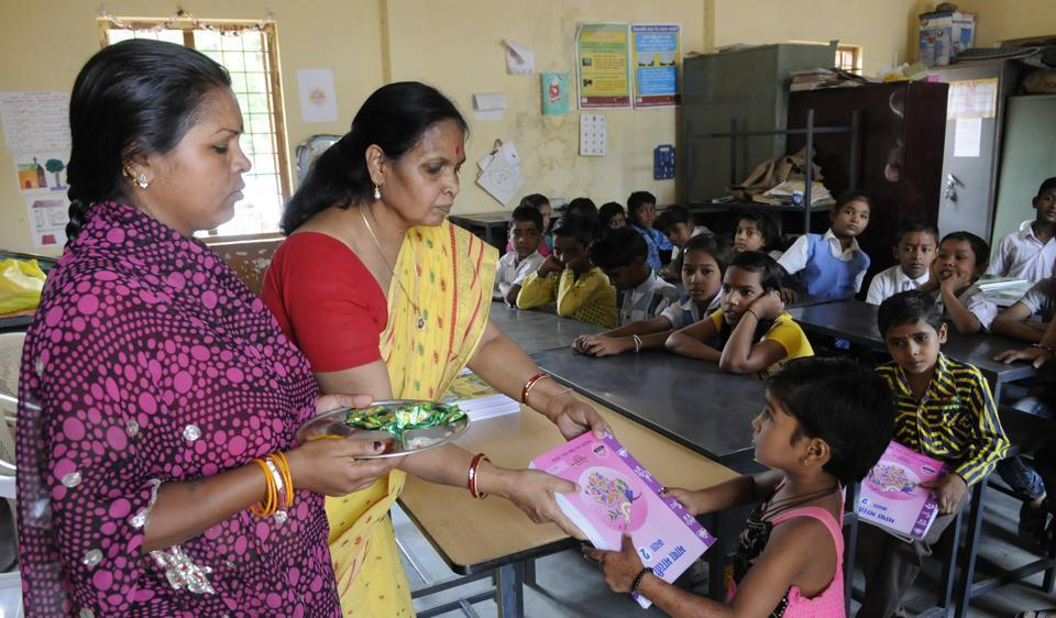 Uniforms to 50 lakhs students of elementary and middle schools will be distributed through self-help groups.