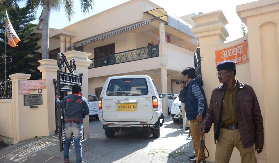 Police personnel at the residence of BJP leader Sushil Vaswani during I-T search.