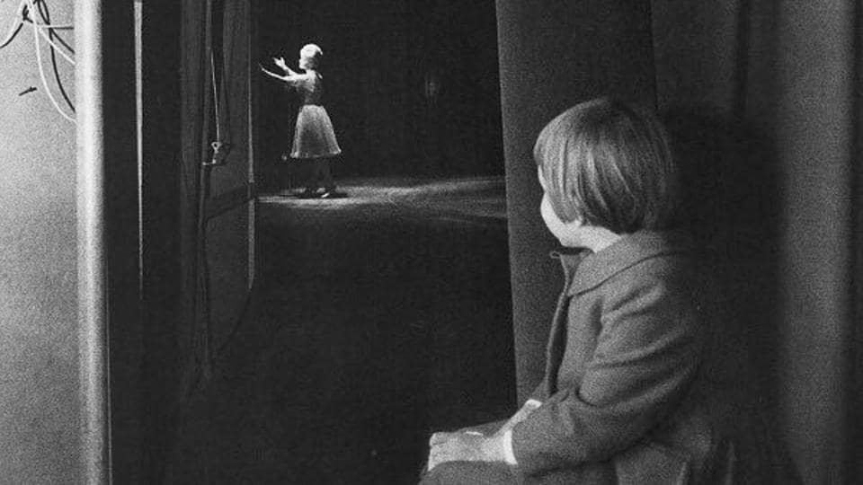 A young Carrie Fisher watches her mother Debbie Reynolds on stage.  (Twitter)