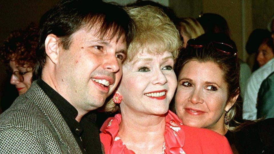 Actress Debbie Reynolds (C) and son, filmmaker Todd Fisher, and daughter, screenwriter Carrie Fisher, arrive at a luncheon hosted by the American Film Institute on September 17, 1998.  (REUTERS File Photo)