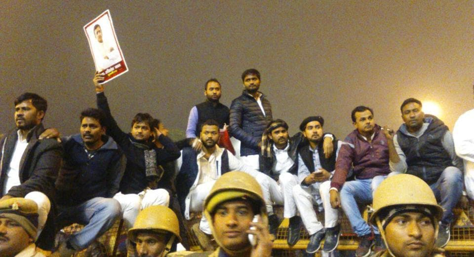 Supporters of UPchief minister Akhilesh Yadav gathered outside his official residence to protest Akhilesh's expulsion from the party by Samajwadi Party president Mulayam Singh Yadav.