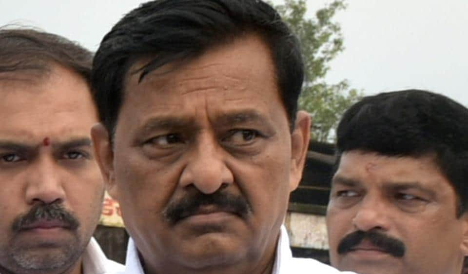 State cooperation minister Subhash Deshmukh has been given a clean chit by the Income Tax department in last month's cash seizure case.