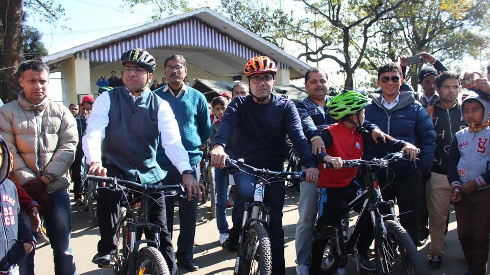 Darjeeling police super Amit P Javalgi (in half sleeve jacket) and district magistrate Anurag Srivastava led the rally of 25 mountain cyclists from Chowrasta on Sunday.