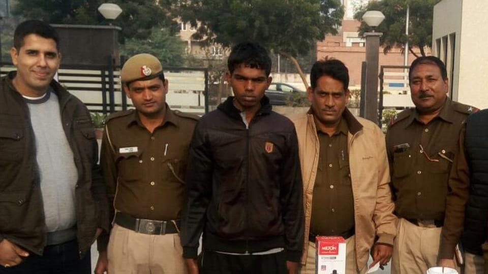 Sandeep Mandal (centre) in police custody. Mandal was part of a gang that used to cheat people by taking their debit/credit card details from them. The gang operates out of jungles of Naxal-infested districts of Latehar, Giridih in Jharkhand.