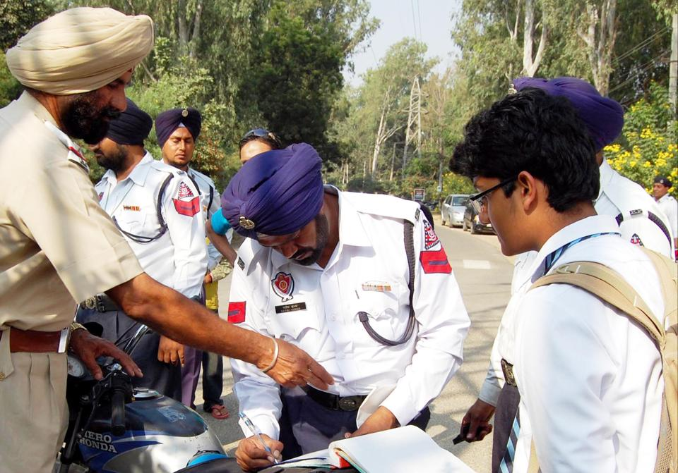Underage driver being challaned by police officials in Jalandhar.. HT File Photo