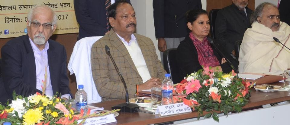 Chief minister Raghubar Das chairs the state development council meeting along with economist Surjit Singh Bhalla (extreme left) in Ranchi on Tuesday.
