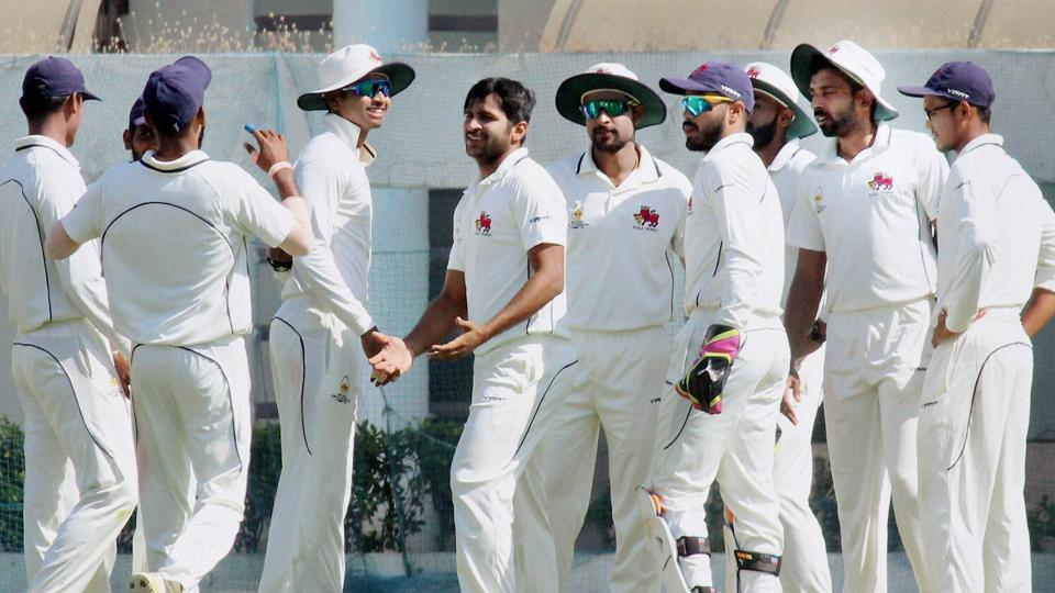 Mumbai took a crucial 101-run first innings lead, after managing 406 on the third day of the Ranji Trophy semi-final against Tamil Nadu.