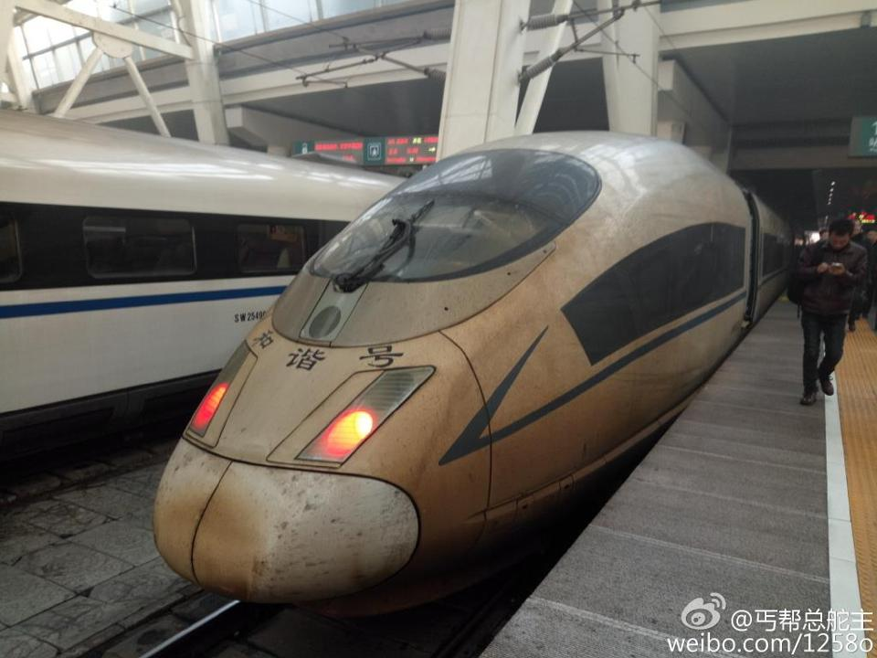 Photos of the trains with brown stains went viral and even flashed in the official media websites as thick smog shrouded Beijing and 71 cities for the past five days.