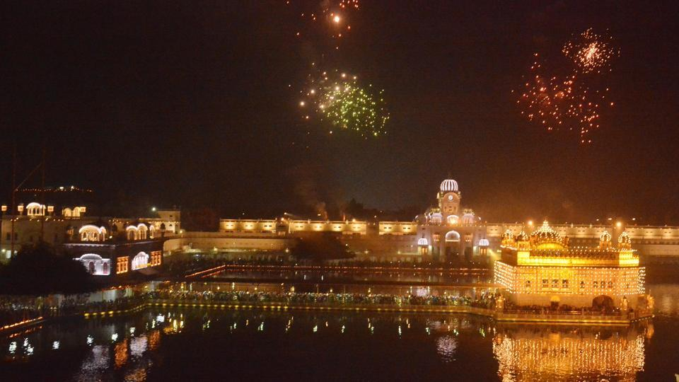 Fireworks at Golden Temple, Amritsar on Thursday.  (Sameer Sehgal/HT Photo)