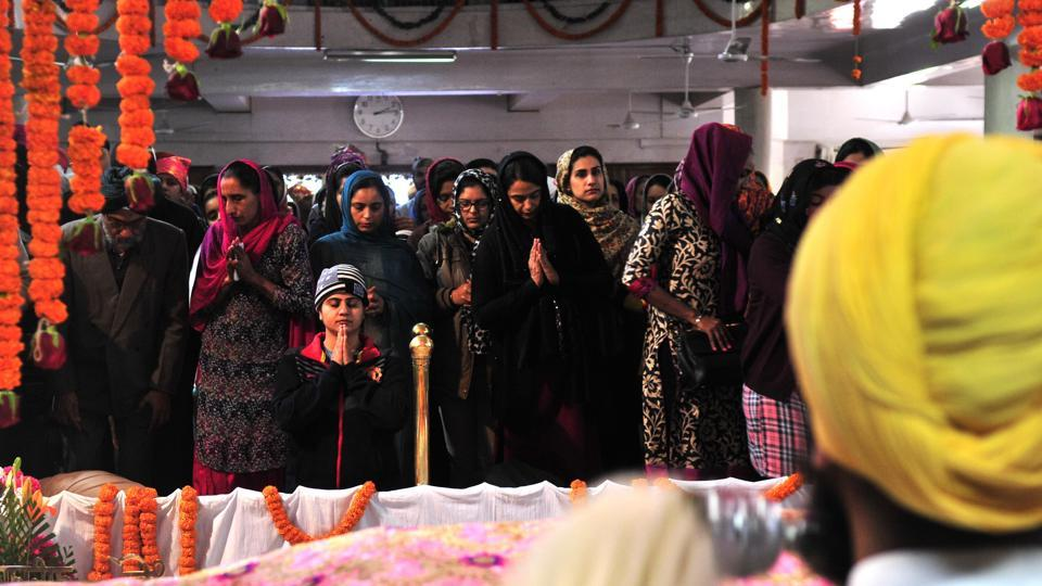 Devotees in a gurdwara in Sector 34, Chandigarh on the occasion of gurpurab on Thursday. (Ravi Kumar/HT Photo)