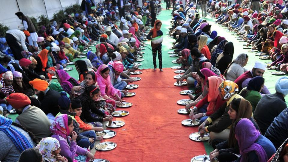 Devotees have langar in gurdwara at Sector 34, Chandigarh on the occasion of gurpurab on Thursday. (Ravi Kumar/HT Photo)