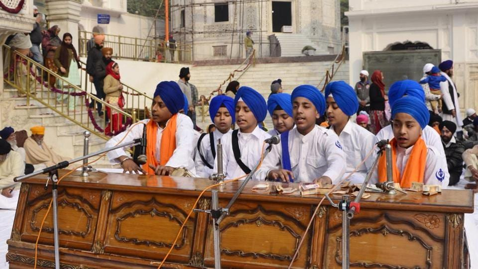 School children performing kirtan outside Akal Takht Sahib at Golden Temple on the occasion of 350th birth anniversary of Guru Gobind Singh in Amritsar on Thursday.  (Sameer Sehgal/HT Photo)