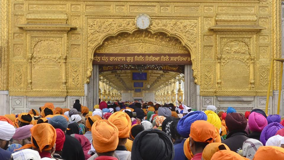 Devotees pay obeisance and offer sewa at the Golden Temple on the holy occasion. Guru Gobind Singh is the tenth Sikh Guru. (Sameer Sehgal / HT Photo)
