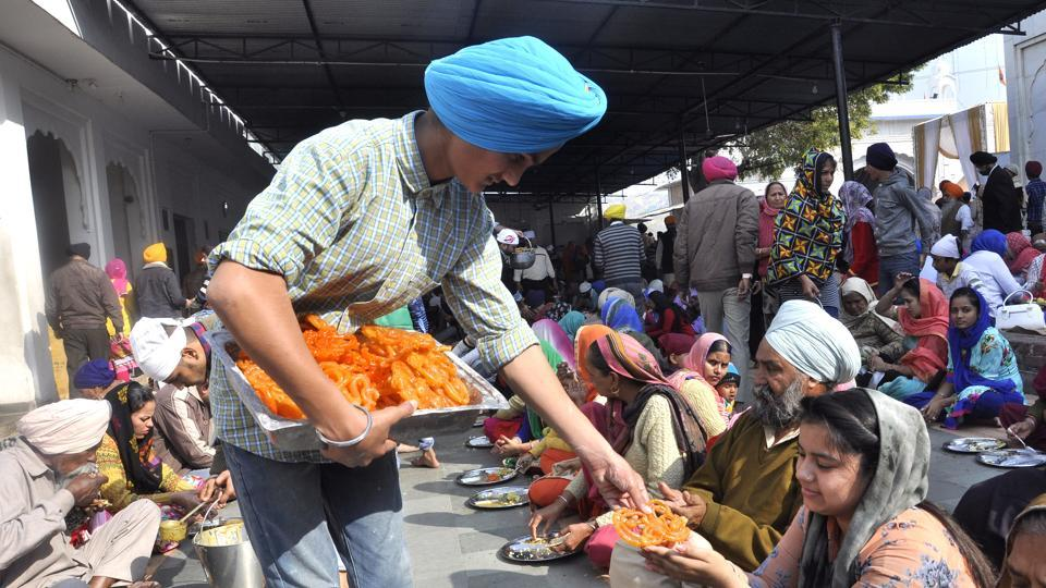 Sant Arora Guru Ka Langar, a public food service, at the Nada Sahib Gurudwara on the Prakash Parva. (Sant Arora  / HT Photo)