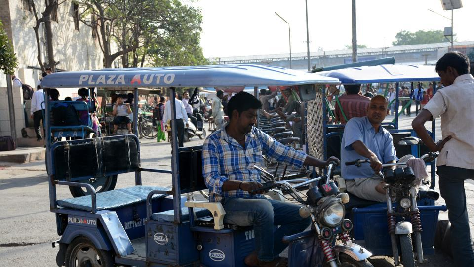 The Delhi Metro Rail Corporation (DMRC), which currently runs feeder buses for first and last mile connectivity, will partner with e-rickshaw operators as an alternate medium of transportation.