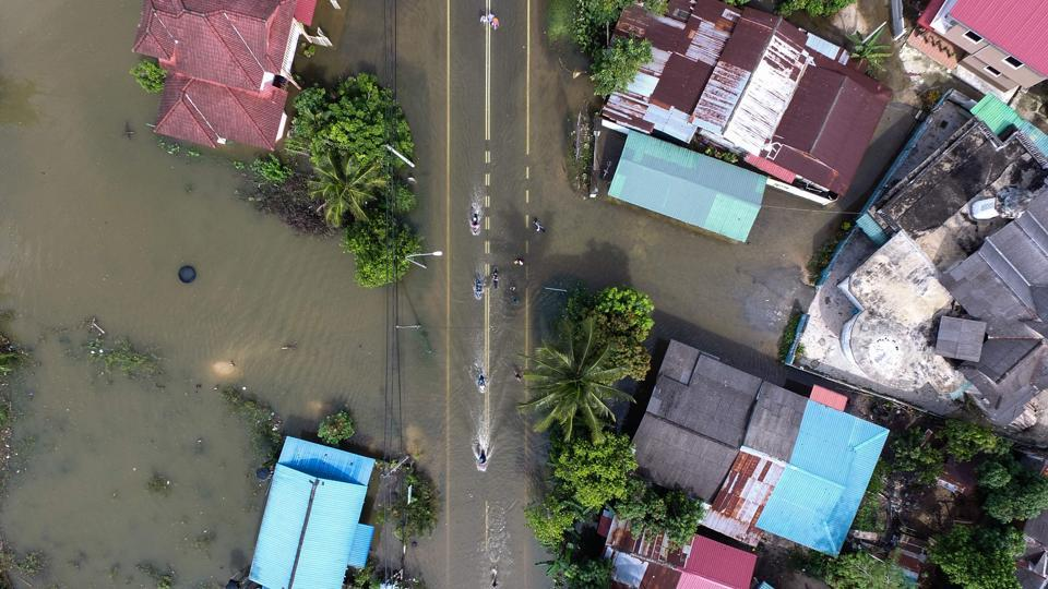 An aerial view shows the flooded area in Jal Besar, Malaysia's northeastern town of Tumpat, which borders Thailand, on January 6, 2017. More than 15,000 people remained stranded in relief centres in northern Malaysia after days of tropical downpours as thousands more headed home to survey the damage wreaked by the floods.  (Mohd RASFAN / AFP)