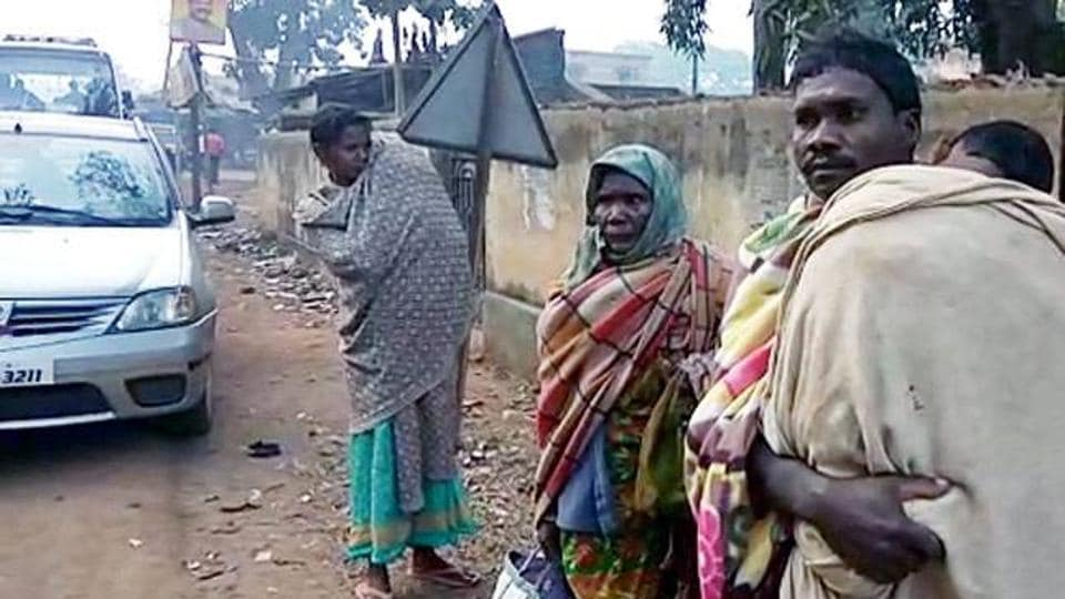 Odisha,Father carries dead daughter on shoulder,Hearse