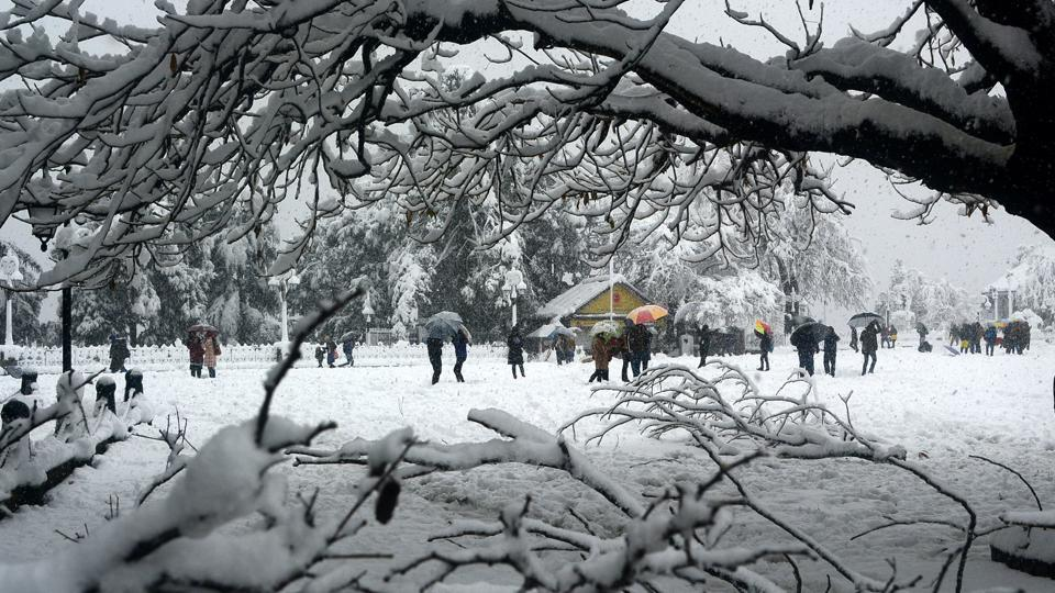 Officials advised tourists not to venture into remote areas, as chances of heavy snow were high. (Deepak Sansta/HTPhoto)