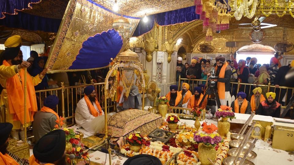 "A view of the ""Jalau"" (show of splendour) displayed in the sanctum of Golden Temple on the occasion of 350th birth anniversary of Guru Gobind Singh ji, in Amritsar on Thursday January 5, 2017. (Sameer Sehga / HT Photo)"