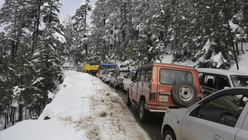 Vehicles stranded due to heavy snow fall are seen on the Jammu-Srinagar highway at Patnitop in Udhampur district of Jammu and Kashmir on Jan 8.