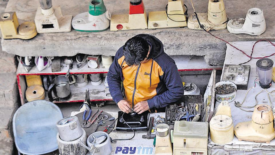 A house appliances mechanic at Indira Market advertises the option of paying him through online wallet systems.