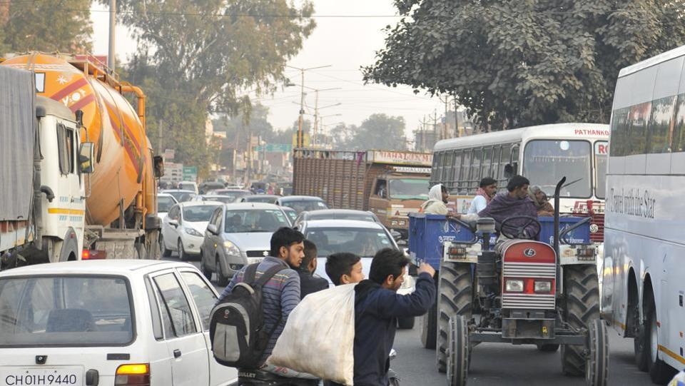 A transit point for people travelling to Punjab, Haryana, Jammu-Kashmir and Himachal Pradesh from Chandigarh and SAS Nagar, Kharar continues to wear a pall of dust all day long.