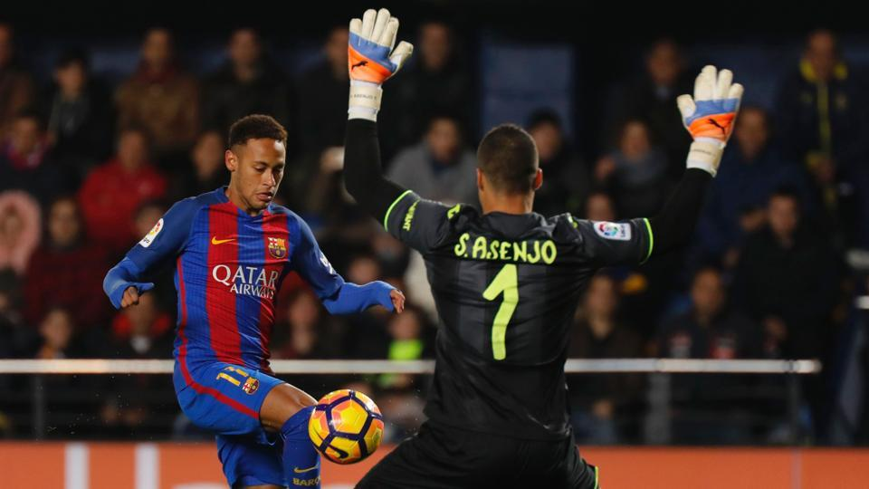 FC Barcelona's Brazilian forward Neymar (left) tries in vain to score past Villarreal goalkeeper Sergio Asenjo during their La Liga match at El Madrigal stadium on Sunday. A last-minute Lionel Messi free-kick salvaged a 1-1 draw for Barca.