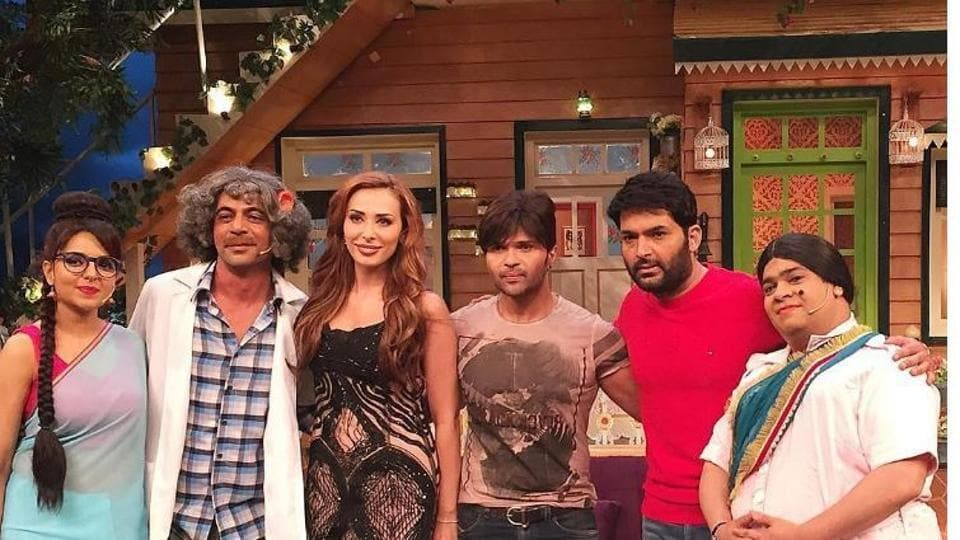 Iulia Vantur and Himesh Reshammiya pose with the crew on Kapil Sharma Show.