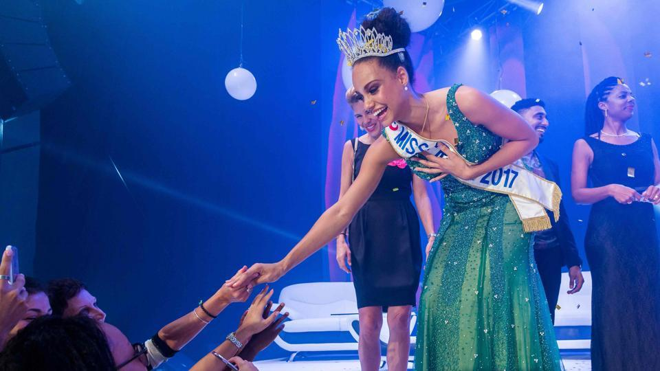 Miss Guyana 2016 and newly elected Miss France 2017 Alicia Aylies (C) greets her fans during a show on January 9, 2017 in Cayenne on the French department of Guiana (Guyane).  (jody amiet / AFP)