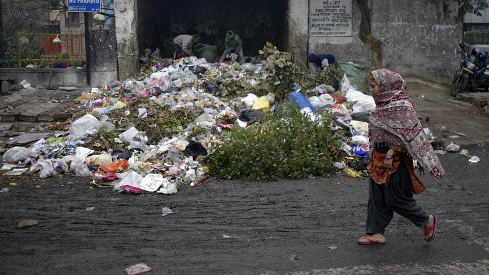 Garbage dumped on a road due to MCD workers strike in East Delhi in New Delhi, India, on Saturday, January 7, 2017. (Ravi Choudhary/HT PHOTO)