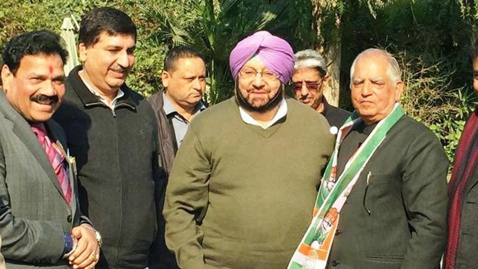 Darbari Lal (with scarf) rejoining the Congress in the presence of state unit president Capt Amarinder Singh and others in New Delhi on Wednesday, January 11.
