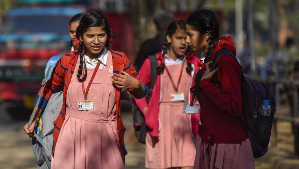 Girls seen wearing warm cloths as Mumbai recorded the coldest day at Wadala. (kkunal patil/ht photo)