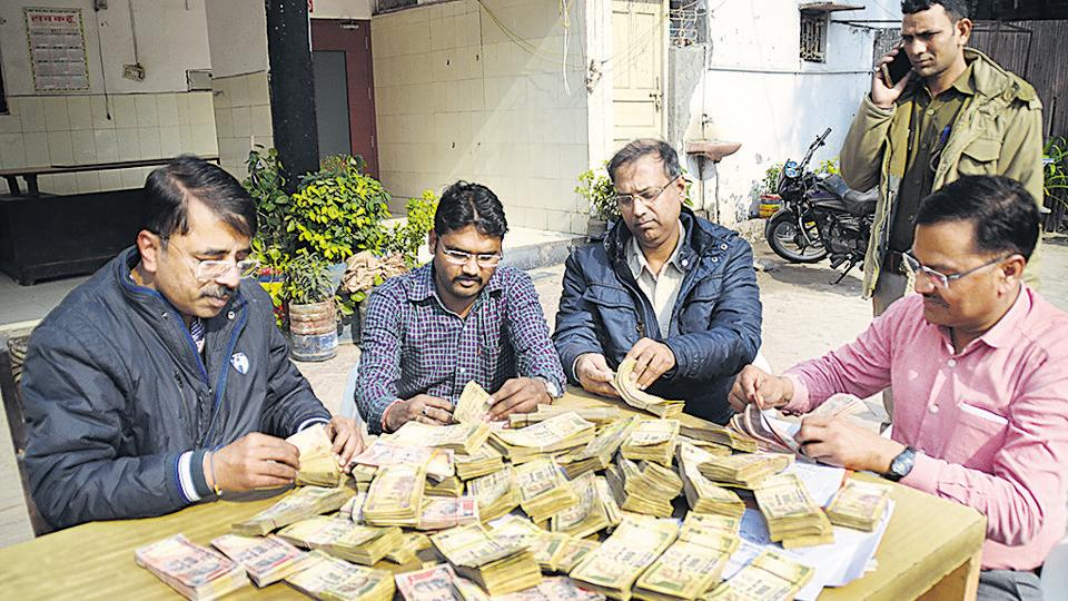 The Sahibabad police too arrested three people carrying Rs 31.65 lakh cash in old notes, in Shalimar Garden on Thursday.