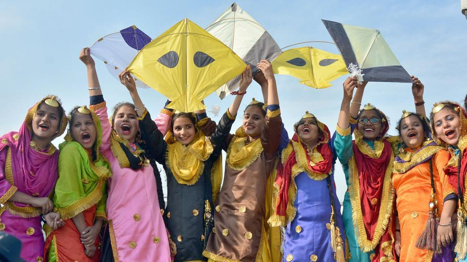 School students fly kites to mark Lohri celebrations in Amritsar. (Sameer Sehgal/Ht pHOTO)