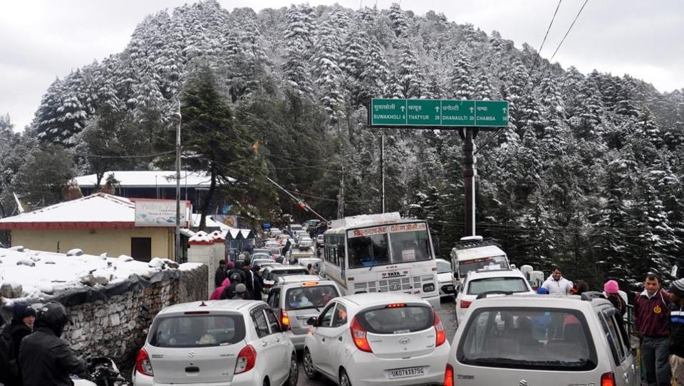 Traffic jam due to snowfall at Dhanaulti route to Mussoorie on January 7 led to road blockades, forcing tourists with advance booking to return without witnessing the beauty of 'the queen of hills'.