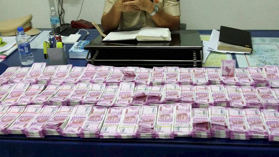 Mumbai: Police display cash, in Rs 2,000 notes, seized during a nakabandi at Juhu-Versova Link Road in suburban Andheri on Friday night. PTI photo (PTI12_17_2016_000144A)