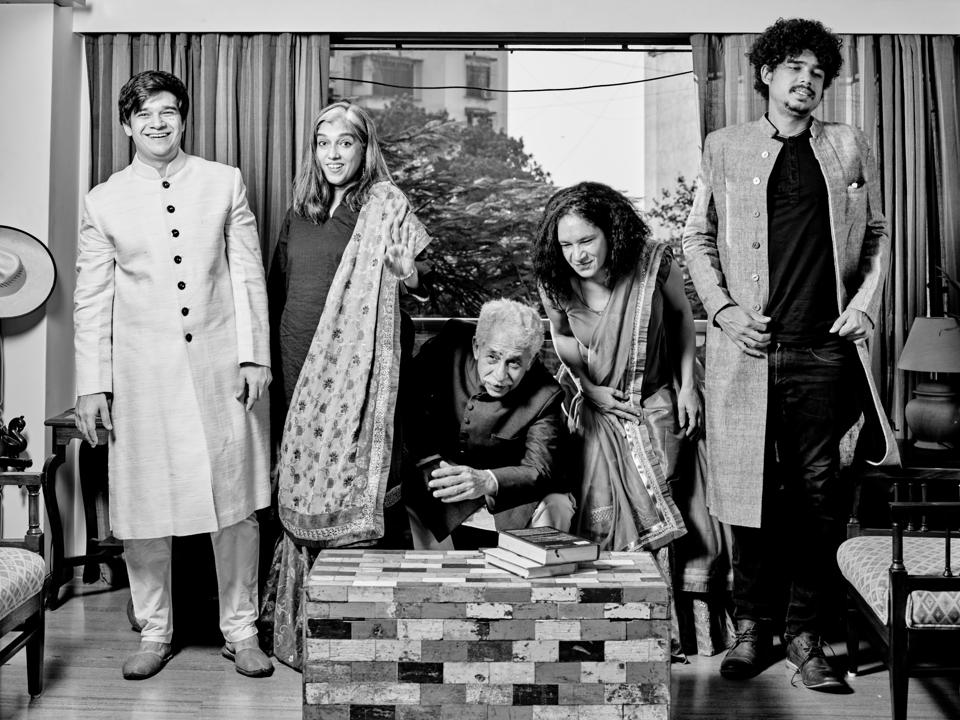Finally, it is a wrap and the entire Shah family heaves a collective sigh of relief and the joy on their faces remind us of  the school bell that announces the end of a painful maths class! (Prabhat Shetty  )
