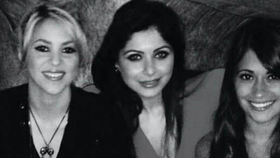 Bollywood singer Kanika Kapoor was spotted dining with pop singer Shakira in London.