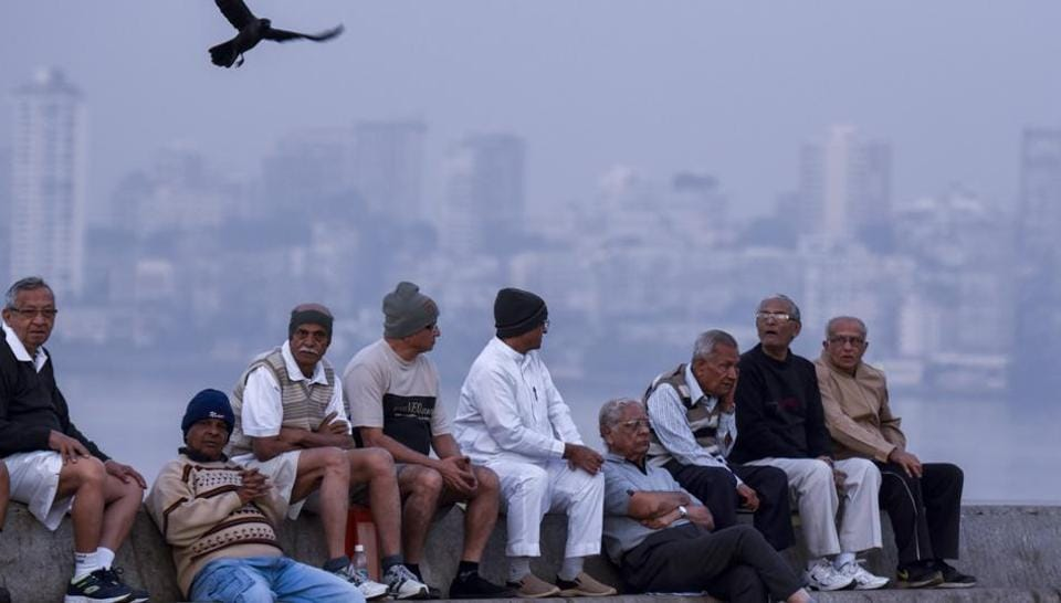 People wearing warm cloths during cold weather at Marine Drive in Mumbai. (kuknal patil/ht photo)