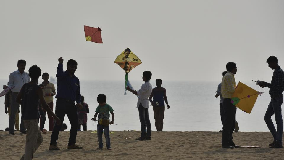 People get ready to fly their kites on the occasion of Makar Sankranti at Girgaum beach in Mumbai. (Arijit Sen/HT PHOTO)