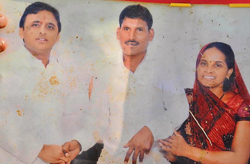 Chief minister Akhilesh Yadav with curdman Chandrajeet Yadav and his wife.