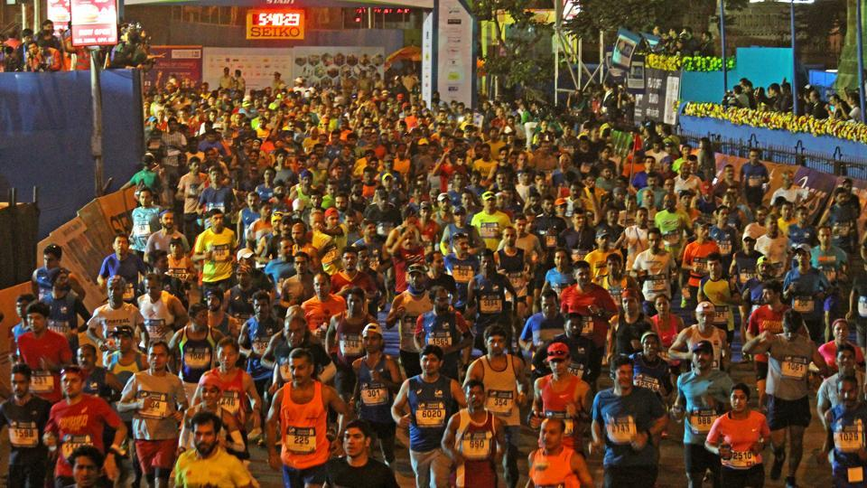 Participants at the start ing point during the 2017 Mumbai Marathon (satyabrata tripathi/ht photo)