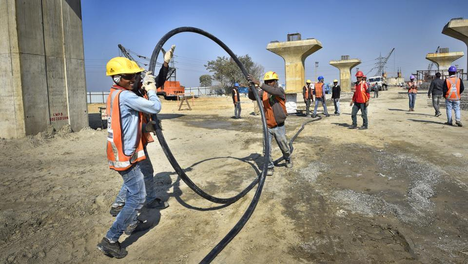 Work going on at the Barapullah elevated corridor, phase 3, from Sarai Kale Khan to Mayur Vihar in New Delhi, India. (Ajay Aggarwal/HT PHOTO)