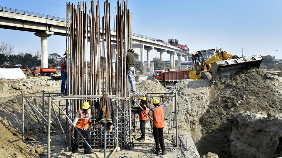 People coming from Noida will be able to take Barapullah from Mayur Vihar phase-1 while those from Mayur Vihar, will get access below the flyover. (Ajay Aggarwal/HT PHOTO)