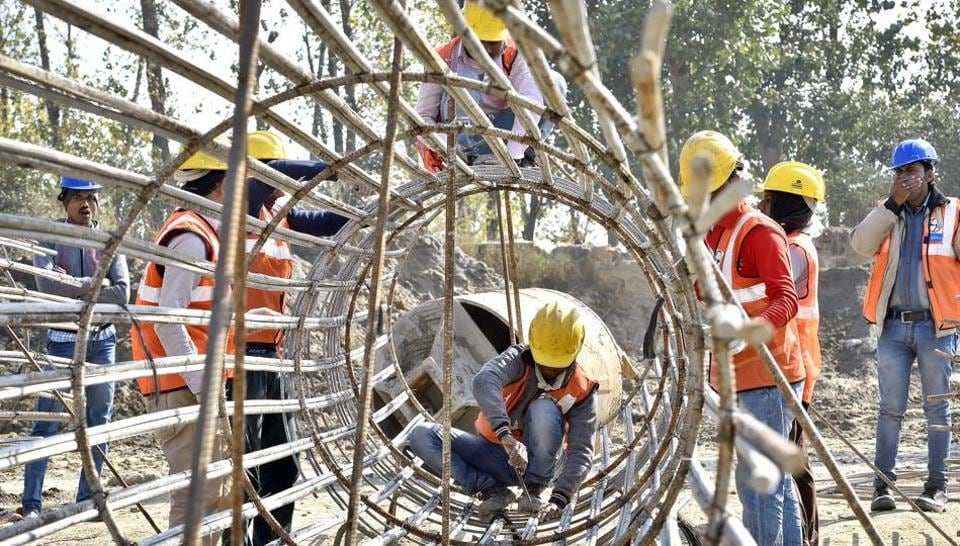 Construction work going on at the Barapullah elevated corridor, Phase-3, from Sarai Kale Khan to Mayur Vihar in New Delhi, India. (Ajay Aggarwal/HT PHOTO)