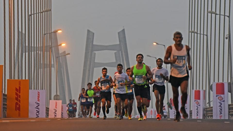 Participants during the 2017 Mumbai Marathon at Bandra-worli Sealink. (Pratik Chorge/HT PHOTO)
