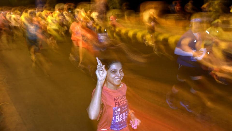 Participants during the 2017 Mumbai Marathon at Bandra-worli Sealink (Satish Bate/HT PHOTO)