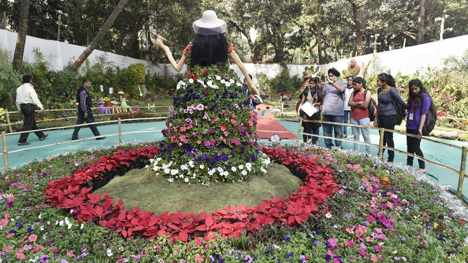 Flower exhibits of Mickey Mouse, Minnie Mouse, Goofy, Donald Duck, Snow White, Doremon,  Barbie and other cartoon characters dot the landscape. (Anshuman Poyrekar/HT )