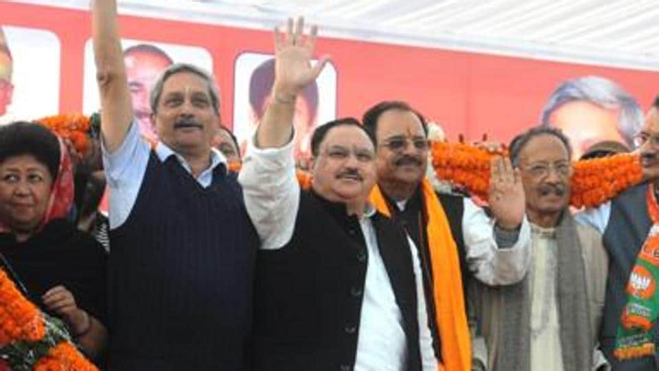Union health minister JP Nadda (fourth from left) with defence minister Manohar Parrikar (third from left) and Uttarakhand BJP president Ajay Bhatt during the BJPs Parivartan Yatra in Dehradun, in December.